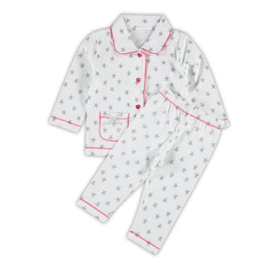 b39070e32d1 Claesen's pyjama in een vrolijke print. Deze tricot pyjama is gemaakt van  katoen met lycra en is verkrijgbaar in de maten 56-62 t/m 80-86.