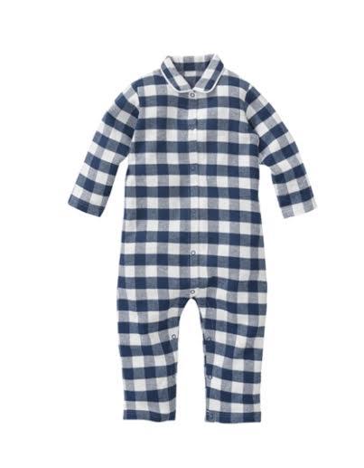 7c8d3792f94 Baby jongens pyjama van de Hema met lange mouwen en pijpen. De pyjama heeft  drukknopen bij de halsopening die doorlopen naar de binnenkant van de ...