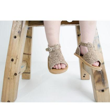 Kindermusthaves - Hazel sandals!