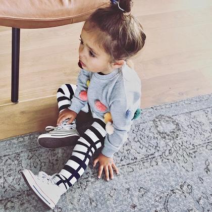 Kindermusthaves - Sweater met gekleurde pompons!