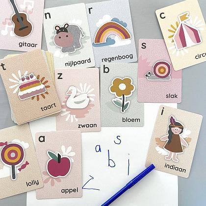 Kindermusthaves - TIP: Alfabet kaarten en posters van Maan Amsterdam!